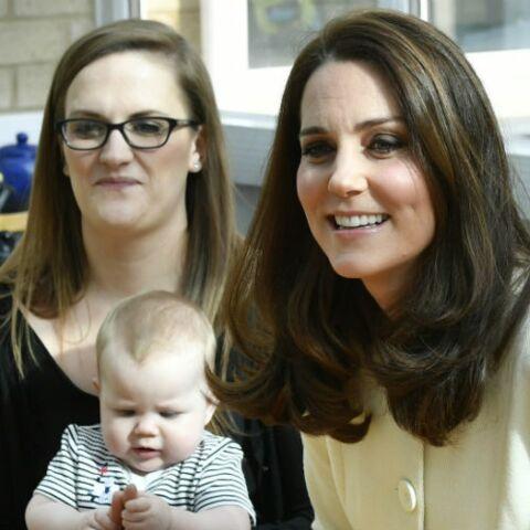 PHOTOS – Kate Middleton enceinte de sept mois: elle recycle encore un de ses manteaux de grossesse à 77€