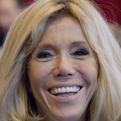 PHOTOS — En visite dans un lycée, Brigitte Macron ose le sweat à capuche