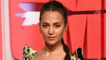 PHOTOS – Alicia Vikander (Tomb Raider) arbore la tresse torsadée comme Letizia d'Espagne