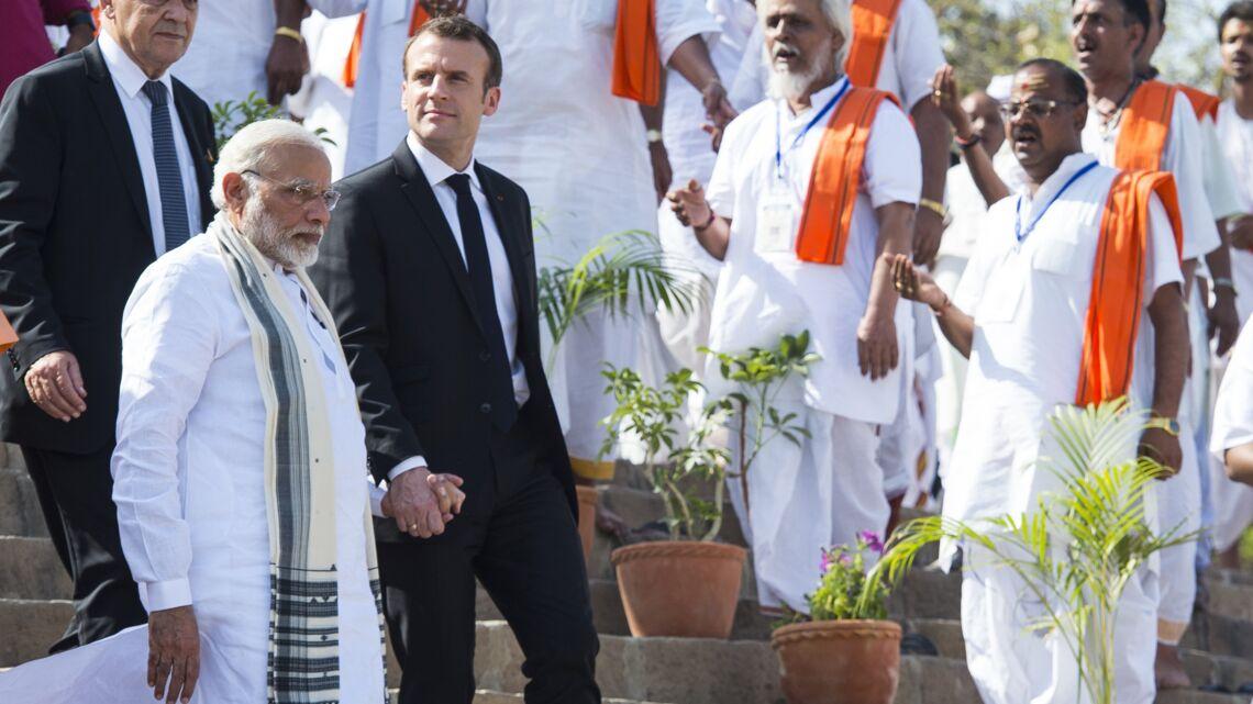 VIDEO- Emmanuel Macron, gêné mais respectueux, prend par la main le Premier ministre indien