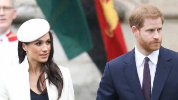VIDEO – Quand le prince Harry et Meghan Markle rigolent en secret pendant leur première sortie officielle avec la reine