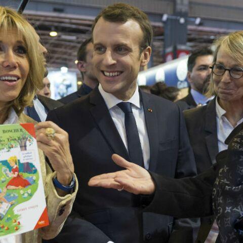 PHOTOS – Au Salon du Livre, Brigitte Macron, très élégante en long manteau nude, recycle totalement une tenue déjà portée