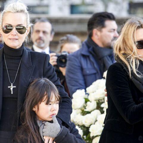PHOTOS – Laeticia Hallyday elle ne quitte pas la croix de Johnny