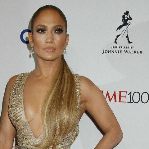 PHOTOS – A 48 ans, Jennifer Lopez ultra sexy dans sa robe dorée décolletée et fendue