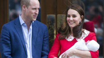 PHOTOS – Les premières photos du prince Louis, si mignon dans les bras de sa soeur Charlotte
