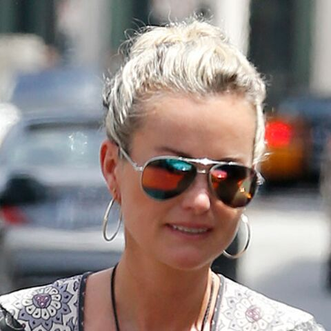 PHOTO – Laeticia Hallyday, un sourire qui en dit long