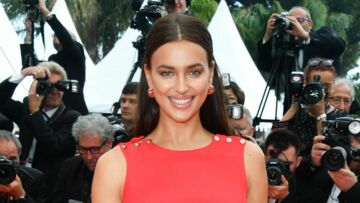 PHOTOS – Cannes 2018 : Irina Shayk, radieuse, affole le tapis rouge en robe fendue rouge