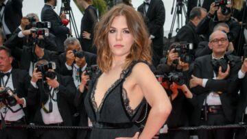 PHOTOS – Morgane Polanski, la fille d'Emmanuelle Seigner et Roman Polanski, en robe dos-nu très échancrée, électrise la Croisette