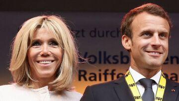 Emmanuel Macron tient la main de sa femme Brigitte… Et ça ne plaît pas à tout le monde