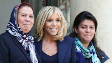PHOTOS – Brigitte Macron recycle son blazer à épaulettes fétiche à l'Elysée