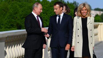 PHOTOS – Brigitte Macron renoue avec les robes courtes à son arrivée en Russie