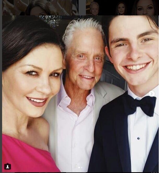 Dylan Douglas pose avec ses parents pour fêter la fin du lycée