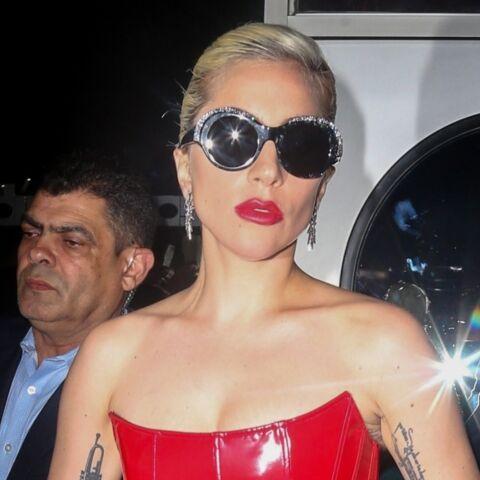 Lady Gaga dans sa robe en latex rouge: pourquoi retourne t-elle à l'excentricité vestimentaire?