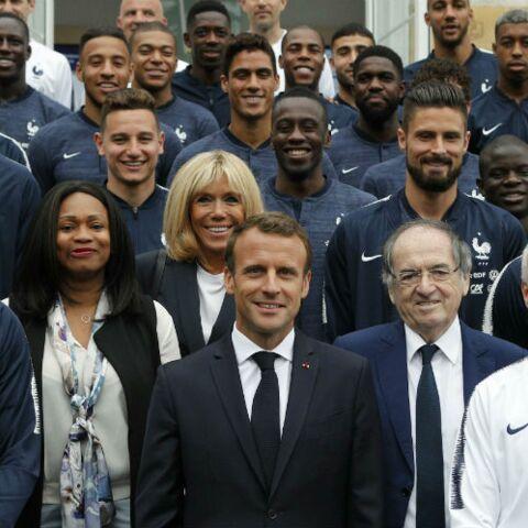 PHOTOS – Brigitte Macron, radieuse en bleu et blanc, prend la pose aux côtés d'Olivier Giroud et Antoine Griezmann à Clairefontaine