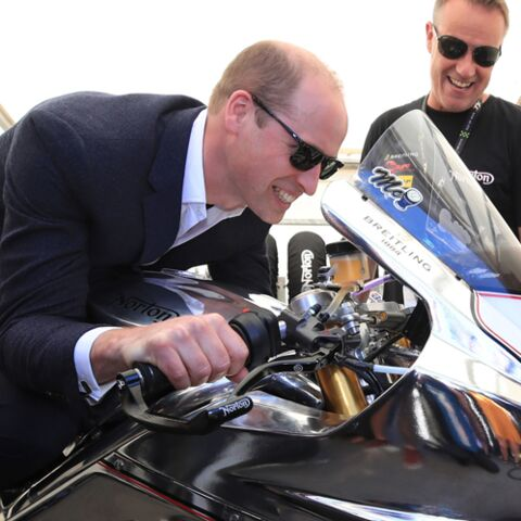 PHOTOS – Malgré l'inquiétude de Kate Middleton, William s'éclate comme un gamin sur sa moto