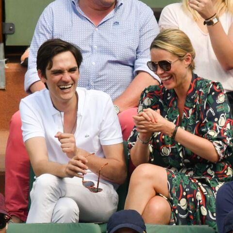 PHOTOS – Alain-Fabien Delon a-t-il remplacé Capucine Anav? Qui est la jolie blonde à ses côtés à Roland Garros?