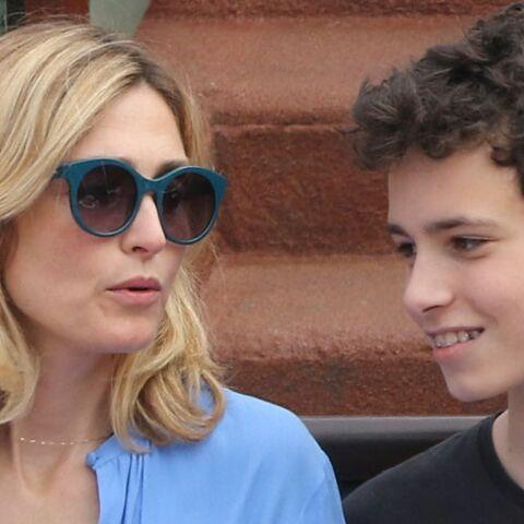 PHOTOS – Julie Gayet et son fils prennent la pose avec un célèbre acteur à Roland Garros