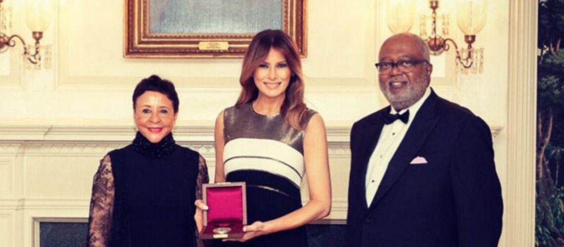 PHOTOS – Melania Trump: pour sa première apparition en solo depuis 30 jours, elle est sublime dans une robe Escada à 3 800 euros