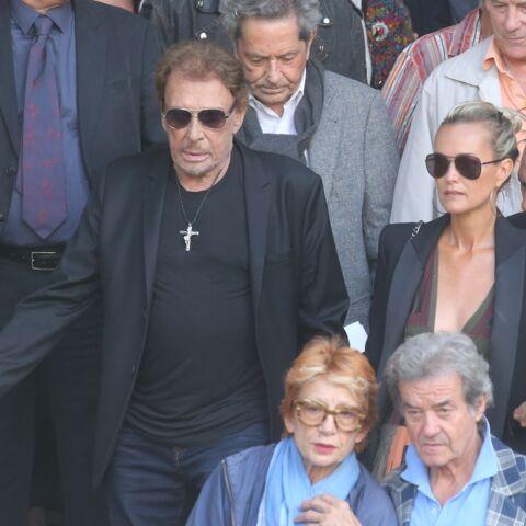 Le geste fort de Johnny Hallyday pour Alain Delon aux obsèques de Mireille Darc