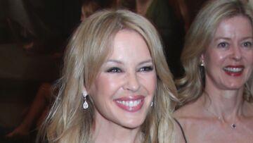 PHOTOS – Le prince William tout sourire face à Kylie Minogue: son décolleté plongeant ne laisse pas le prince indifférent