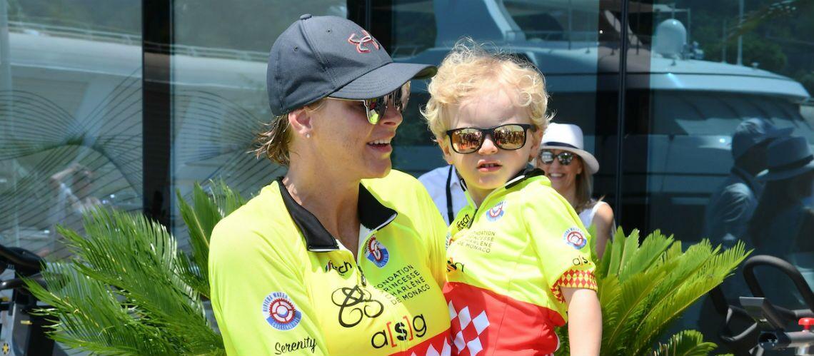 PHOTOS – Charlène de Monaco craquante avec ses jumeaux Jacques et Gabriella, habillés comme elle en tenue de sport et lunettes miroir