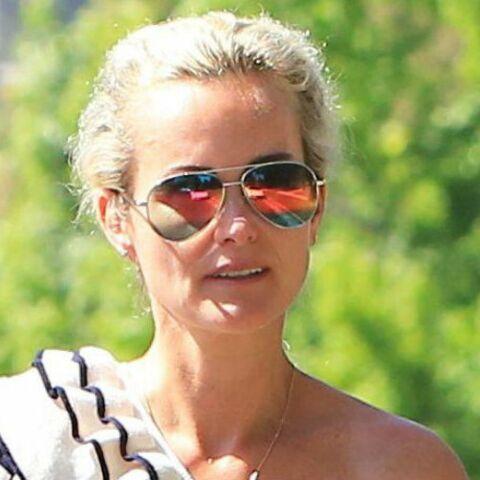PHOTOS – Laeticia Hallyday toujours aussi gipsy en jean blanc et top marinière asymétrique, retrouve le sourire à Beverly Hills