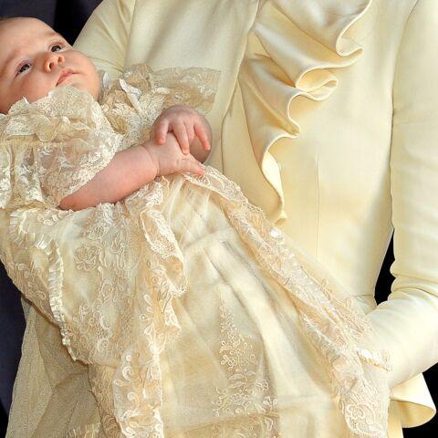 PHOTOS – Pour son baptême, le prince Louis porte la même tenue symbolique que George et Charlotte