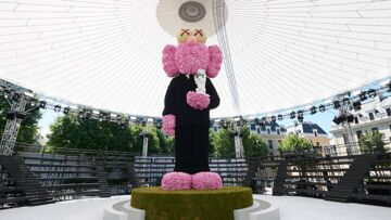 PHOTOS – Pourquoi Kim Jones a installé une statue rose gigantesque au centre de son show Dior Homme PE19 ?