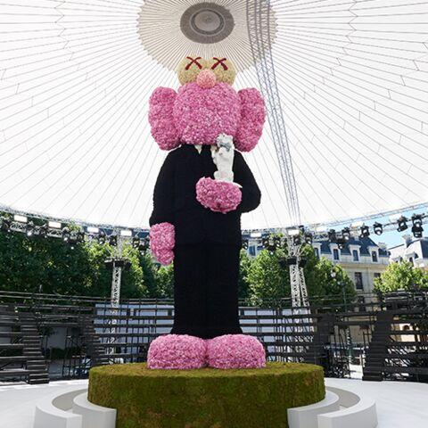 PHOTOS – Pourquoi Kim Jones a installé une statue rose gigantesque au centre de son show Dior Homme PE19?