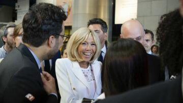 PHOTOS – Brigitte Macron ose un look surprenant en top et blazer blanc