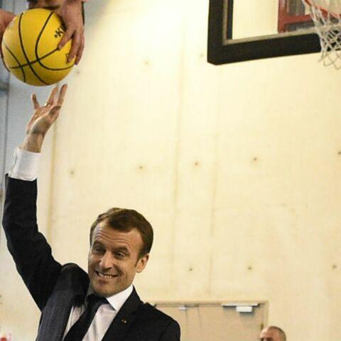 VIDEO – Quand Emmanuel Macron s'essaie au basket-ball… Pas facile de marquer