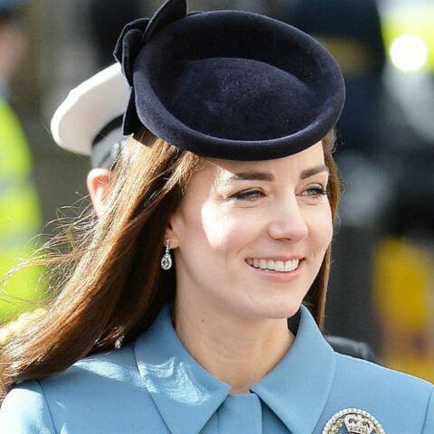 PHOTOS – Kate Middleton complètement obsédée par une robe-manteau, découvrez pourquoi