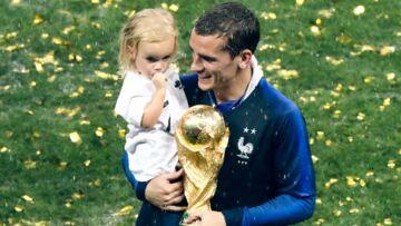 PHOTOS – Antoine Griezmann exulte de bonheur avec sa fille Mia dans les bras après la victoire des Bleus