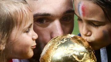 PHOTOS – Quand Hugo Lloris embrasse la Coupe du monde, ses deux petites filles l'imitent