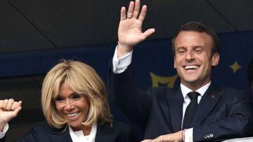 PHOTO – Brigitte Macron, très bien entourée, fête la victoire dans les vestiaires des Bleus