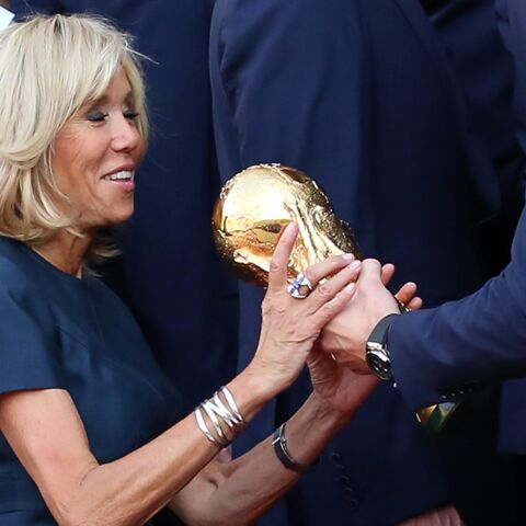PHOTOS – Brigitte Macron, rayonnante en robe courte, brandit la coupe des Bleus à l'Elysée