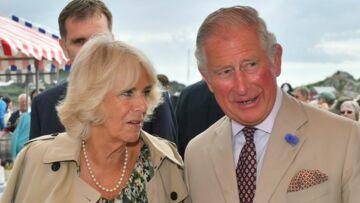 PHOTOS – Camilla Parker Bowles, 71 ans et plus gourmande que jamais: elle dévore son gâteau d'anniversaire avec le prince Charles