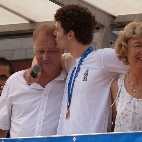 PHOTOS – Benjamin Pavard très ému, embrasse chaleureusement ses parents à son retour chez lui