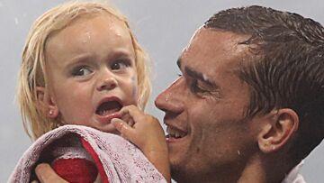 VIDEO – Mia, la fille d'Antoine Griezmann, veut réveiller son papa à 7h du matin et c'est trop chou