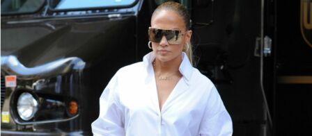 PHOTOS – Cet accessoire totalement inattendu que Céline Dion et Jennifer  Lopez adorent porter cet été 9e13015252c