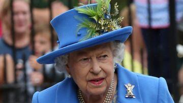 PHOTOS – Après ses petits ennuis de santé, Elizabeth II coquette et souriante au château de Balmoral pour son repos annuel