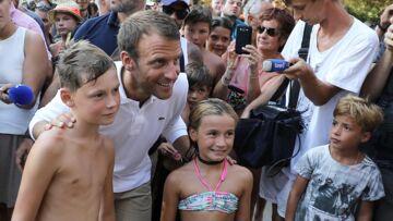 VIDEO – Emmanuel Macron «aime beaucoup les enfants», le président à son aise pour sa 1e sortie d'été
