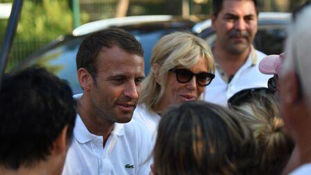 PHOTOS – Brigitte et Emmanuel Macron tout sourire pour leur vacances, ils  vont à la 6c72b37cd1d