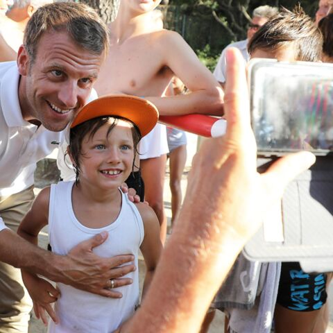 VIDEO – Emmanuel Macron tout bronzé pour un bain de foule, sa réponse à François Hollande