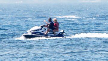 Brigitte Macron en scooter des mers, la rare photo des vacances du couple présidentiel