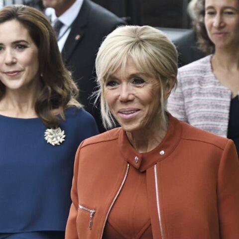 PHOTOS – Brigitte Macron: elle renoue avec le perfecto zippé, sa pièce mode préférée, pour rencontrer des lycéens