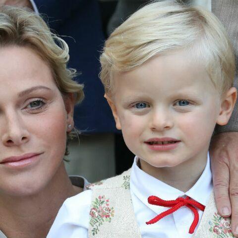 PHOTOS – Charlène de Monaco change de tête et adopte la coupe courte wavy