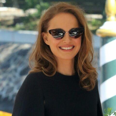 PHOTOS – Natalie Portman canon en robe-cape très courte qui dévoile ses jambes à Venise