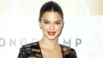 PHOTOS – Kendall Jenner ose la robe transparente et ultra décolletée à la soirée Longchamp à Paris