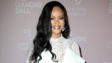 PHOTOS – Rihanna : ultra sexy en robe blanche et body dentelle :  son look fait sensation au Diamond Ball